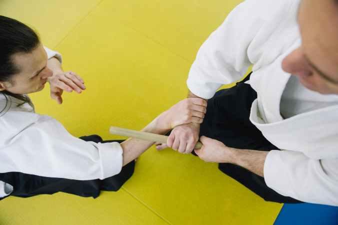 deux hommes qui pratiquent l'aïkido